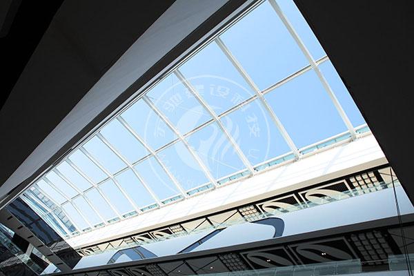 在连廊空间的顶部设计可以封闭的玻璃天窗系统,紧急时玻璃天窗可通过